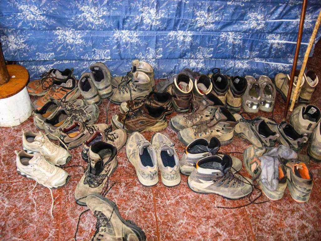 buty pielgrzymów zostawione w albergue
