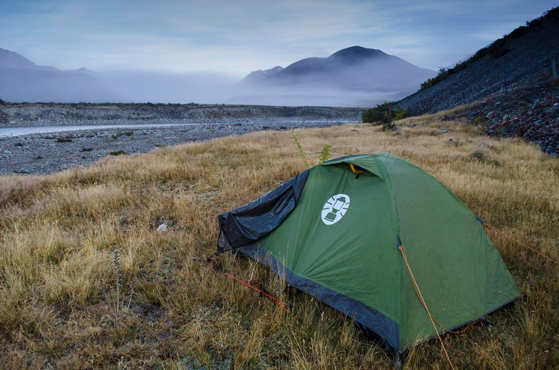 namiot rozbity nad rzeką