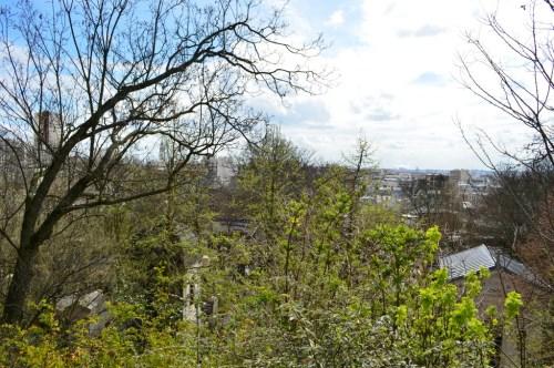 Panorama actuel, aperçu entre les tombes qui bordent le plateau.