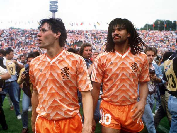 Marco Van Basten and Ruud Gullit (Holland) do a lap of honour after victory over Russia. Holland v Russia. The European Championships Final, Munich1988. Credit: Colorsport.