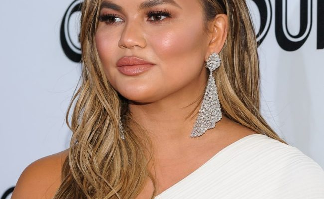 Chrissy Teigen Slams Troll Who Called Her Fat Perez