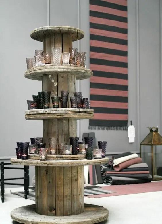 Muebles hechos con bobinas de madera reciclada para