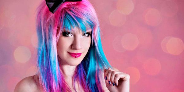 MariMoon adotou o estilo de cabelos coloridos a anos