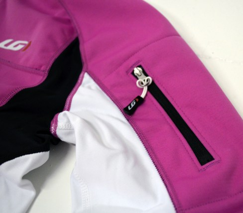 Zippered sleeve pockets puts snacks or your phone in an easy-to-reach spot