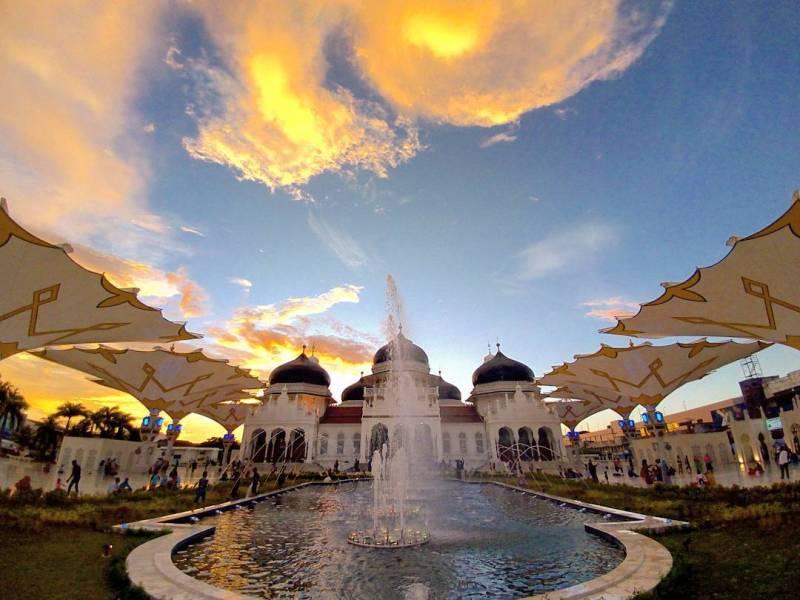 Masjid Raya Baiturrahman adalah salah satu ikon utama Banda Aceh via @ibnoesoan