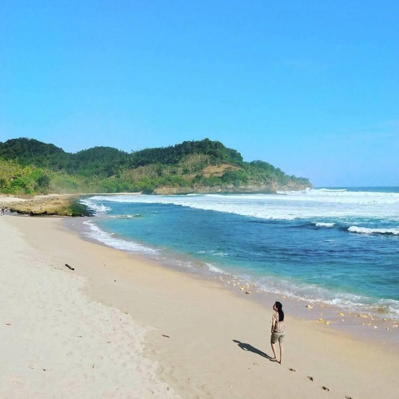 Pantai Molang adalah salah satu wisata pantai di Tulungagung yang cukup populer via @lb_laksono