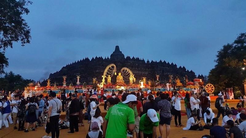Suasana Candi Borobudur ketika waisak via @candiborobudur