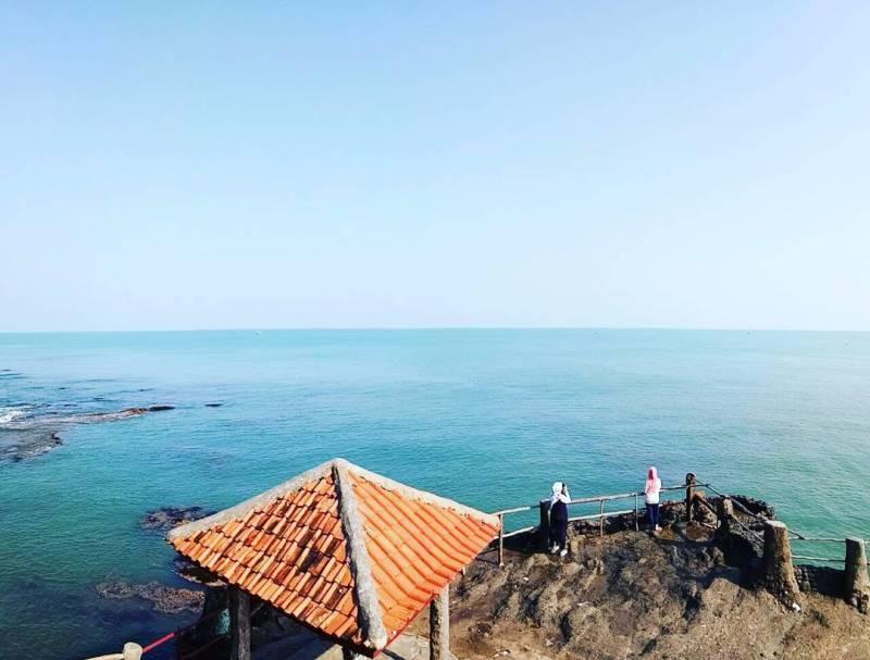 Pantai Karang Bolong adalah tempat wisata di Anyer yang direkomendasikan untuk dikunjungi via @anisa_ifra