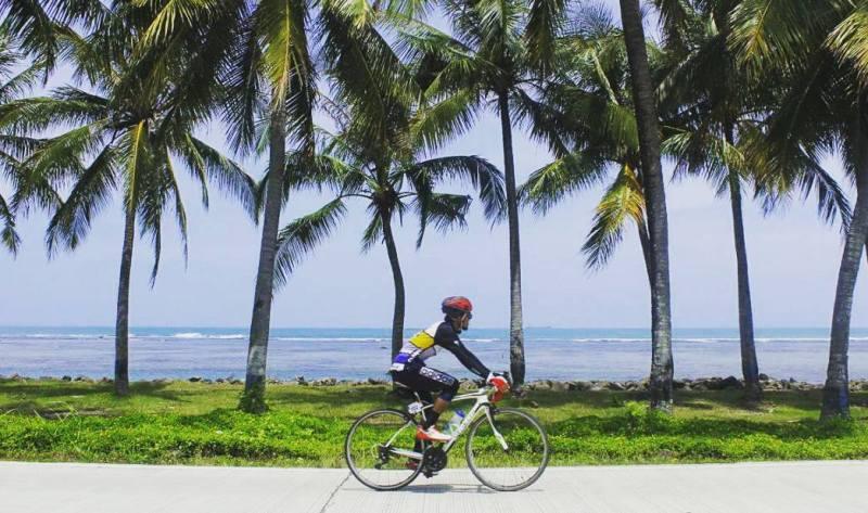Selain bermain di pantai, aktivitas bersepeda seperti ini juga bisa dilakukan di Anyer via @adilimo