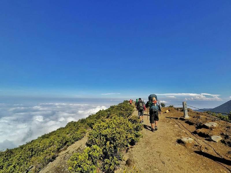 Gunung Gede Pangrango berada di dekat Gunung Putri Bogor @gedepangranggo