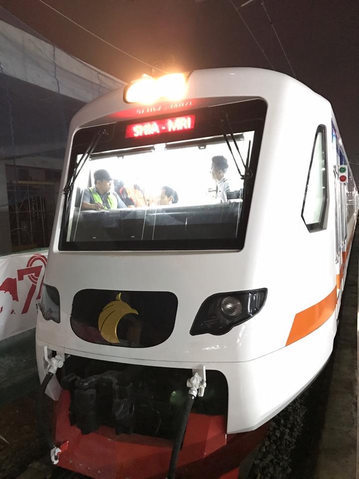 Ini adalah bagian kepala kereta, KA Bandara Soekarno-Hatta adalah KRL (kereta listrik)