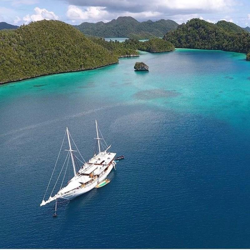 Salah satu cara pergi ke Raja Ampat adalah dengan naik kapal laut via @indonesiaaskjulie