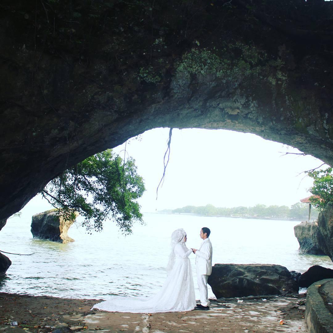 Di Karang Bolong Anyer ini kamu bisa foto prewedding juga. via @susilawatiputripurnama20