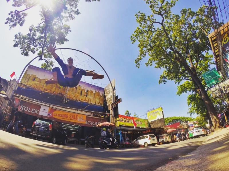 Jalan Cihampelas adalah salah satu spot favorit belanja di Bandung via IG @fadorifadzli