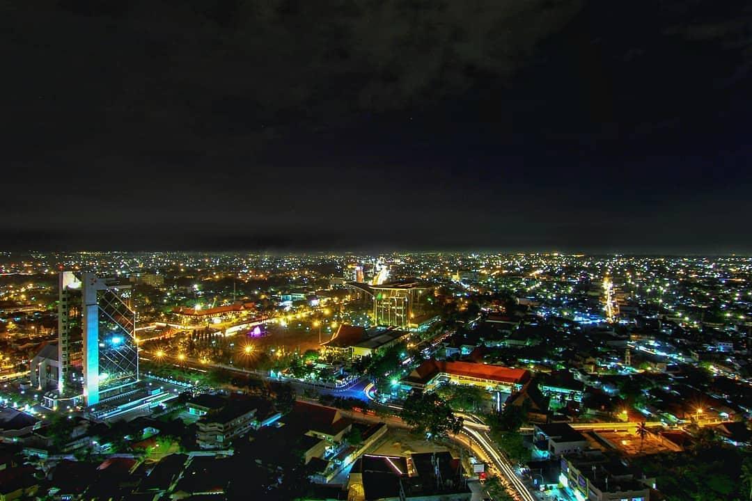 Pemandangan Pekanbaru di malam hari yang cantik Photo by @sutanwaisalqarni