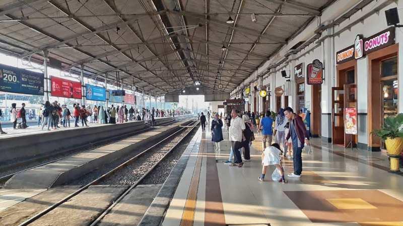 Suasana stasiun kereta api Indonesia, stasiun Bogor. via @renaldy