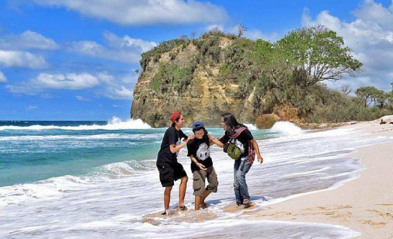 Pantai Ngandol ini lebih asik dikunjungi bareng baren temen!