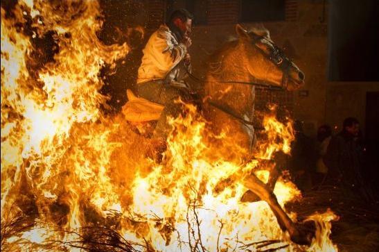 Perierga.gr - Καλπασμός μέσα στις φλόγες