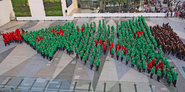 perierga.gr - Χριστουγεννιάτικο δέντρο από 852 παιδιά!