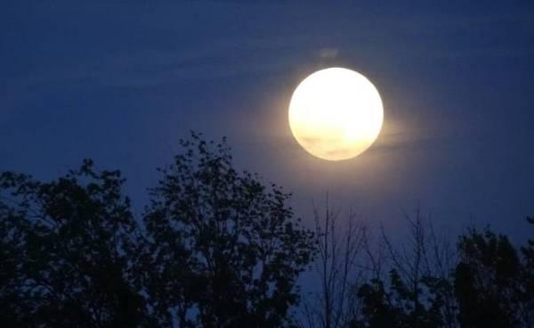 perierga.gr - H Σελήνη μετακινήθηκε από τη θέση της!