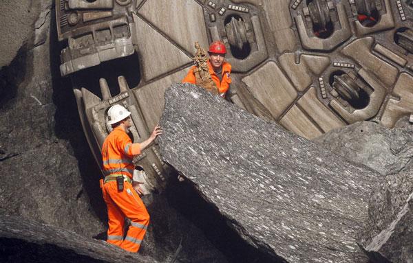 perierga.gr - Άνοιξε το μεγαλύτερο σιδηροδρομικό τούνελ μήκους 57 χιλιομέτρων!