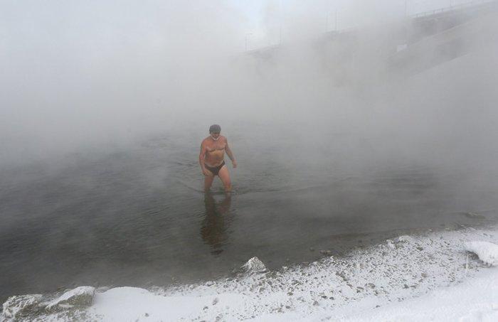 perierga.gr - Παράξενοι άνθρωποι απολαμβάνουν βουτιές στο παγωμένο νερό!