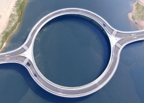 Perierga.gr - Μια παράξενη κυκλική γέφυρα