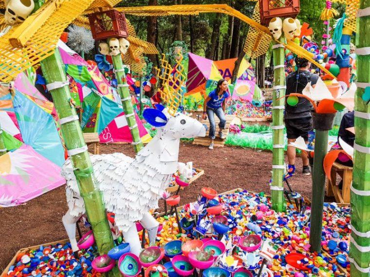 Perierga.gr - 3 τόνοι πλαστικών έγιναν πολύχρωμο δάσος στο Μεξικό
