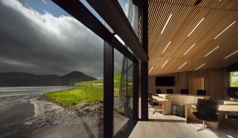 Perierga.gr - Το σύγχρονο δημαρχείο στις Νήσους Φέροες είναι ένα με το περιβάλλον του!