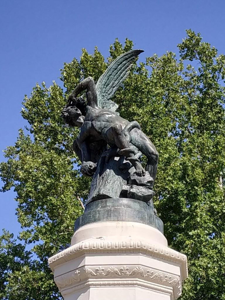 simbologia-simbolos-fuente-angel-caido-lucifer-estatua-mariano-bellver-arte-madrid-jardines-buen-retiro-parque-historia