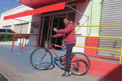 Farmácia no Colônia: entrega via bike (Foto: Matheus Oliveira/Periferia em Movimento)