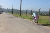 Girlene: voltando para casa após uma viagem de 3h30 para levar a filha na creche (Foto: Matheus Oliveira/Periferia em Movimento)