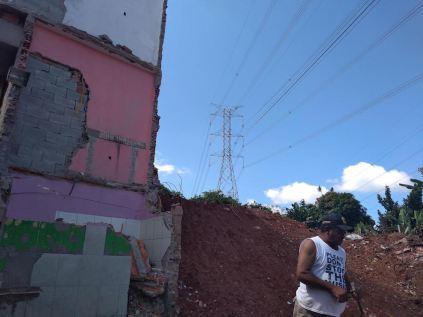 Seu Ferreira tenta reorganizar a vida com o que sobrou de sua casa (Foto: Thiago Borges / Periferia em Movimento)