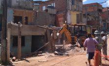 Seu Francisco acompanha demolição de parte da sua casa, onde ficava o bar com que trabalhava (Foto: Thiago Borges / Periferia em Movimento)