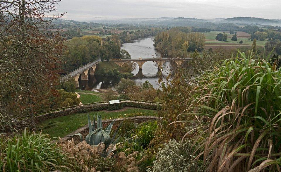 Confluent de la Dordogne et de la Vézère vu des jardins panoramiques de Limeuil.