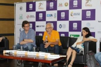 El profesor Julio Benavides acompañando a los principales invitados de la conferencia / fotografìa Oscar Toloza