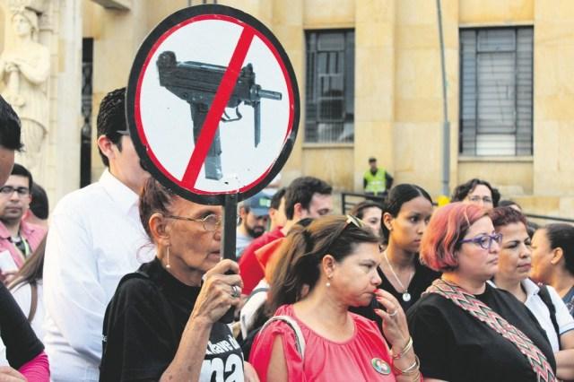 Santandereanos hicieron una marcha del silencio para exigir al Gobierno Nacional un Acuerdo de Paz. Pidieron que tanto partidarios del 'Sí' como del 'No' se unieran para lograr la implementación de lo firmado. /FOTO ALEJANDRO MENESES
