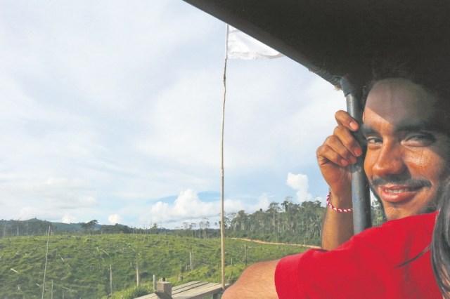 El estudiante William Carvajal Vega, de la Uis junto a la primera bandera blanca que señala el camino del campamento. / FOTO ANDREA NOCOVE