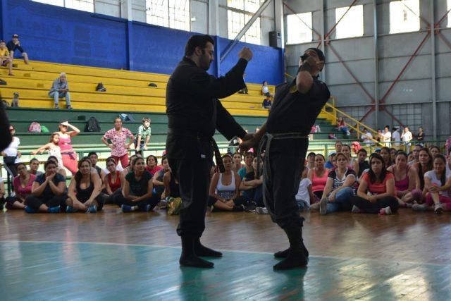 El instructor arnoby Sanam Alba, demostrando una de las técnicas de ninjutsu en la clase de defensa personal brindada el domingo 5 de febrero. / FOTO DANIELA COGOLLO RODRÍGUEZ