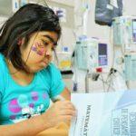 Linda Sofía García Estrada, indigena yukpa, recibe clases de español en las aulas hospitalarias, actividad a cargo de la pedagoga  Andrea Correal Medina. /FOTO CARLOS SUÁREZ