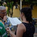 Pilar San Miguel, licenciada en literatura y español, mientras leía en voz alta a los visitantes del evento. /FOTO BRAYAN FELIPE DELGADO.