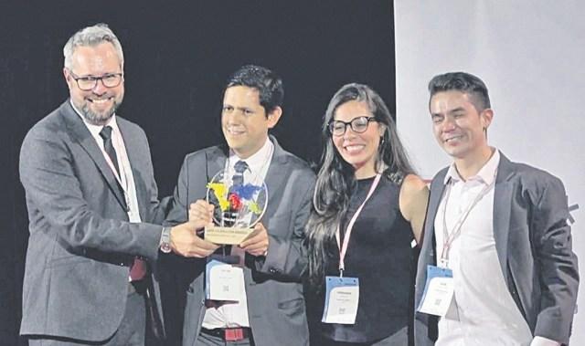 Oscar Parra Castellanos recibe de la organización del Premios Data Journalism 2017 el galardón como mejor portal periodístico de datos del mundo. Lo acompañaron los periodistas Fernanda Barbosa y Juan Gómez. / FOTO SUMINISTRADA