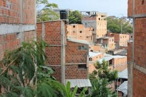 Al no tener inversión de la Administración Municipal, los barrios en proceso de formalización construyen sus propias vías, redes de alcantarillado y tuberías para acceder al agua. / FOTO JONATHAN ARLEY MÉNDEZ ESPÍNDOLA.