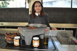 VIDEO: Chef inventa salsa hecha con chapulines en Atlautla