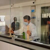 Alcalde guadalupense supervisa instalación de acrílicos en Presidencia