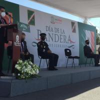 Autoridades civiles y militares, conmemoran el Día de la Bandera