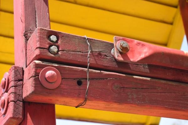 Vecinos buscan recursos para dar mantenimiento a juegos infantiles
