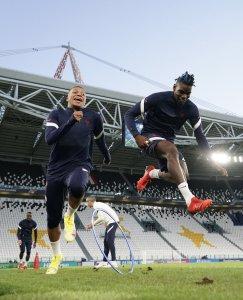 Mbappe y Pogba entrenando en el Juventus Stadium | Fuente: Twitter de équipe de france