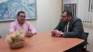Manuel González del Comité de Deportes junto con el Viceministro de la Presidencia Luis Paulino Mora, en una reunión para definir el futuro del Ojo de Agua.