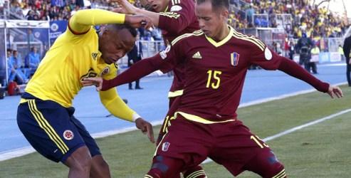 CA050. RANCAGUA (CHILE), 14/06/2015.- El defensa colombiano Juan Zúñiga (i) lucha un balón con el centrocampista venezolano Alejandro Guerra durante el partido Colombia-Venezuela, del Grupo C de la Copa América de Chile 2015, en el Estadio El Teniente de Rancagua, Chile, hoy 14 de junio de 2015. EFE/Kiko Huesca
